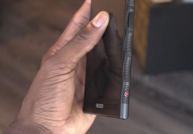 """Chiêm ngưỡng smartphone trị giá 1.200 USD của hãng có cái tên """"lạ hoắc"""" RED ảnh 2"""