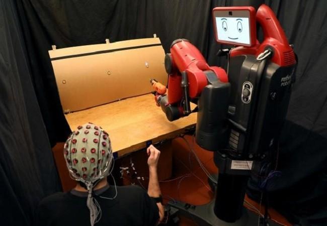 Cận cảnh robot điều khiển bằng sóng não và cử chỉ của con người ảnh 1