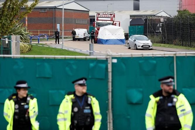 Cảnh sát tăng cường an ninh bảo vệ hiện trường (Ảnh: Reuters)
