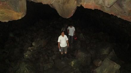 Cán bộ của Sở Văn hóa Thể thao và Du lịch Đắk Nông khám phá một hang động núi lửa trong quần thể hang động núi lửa ở Đắk Nông
