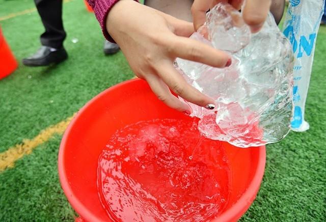 Dội nước đá lên người trong giá rét 16 độ C ở Hà Nội