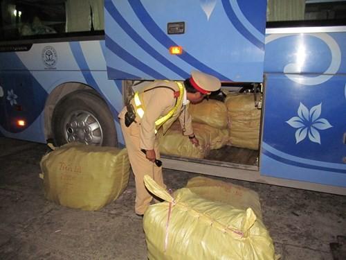 Phát hiện ô tô khách chở hàng không rõ nguồn gốc tại Quảng Bình ảnh 1