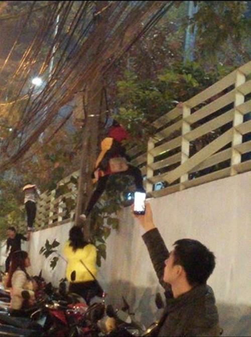 Những hình ảnh nguy hiểm khi người dân cố vượt rào thoát khỏi đám đông trong khu thương mại