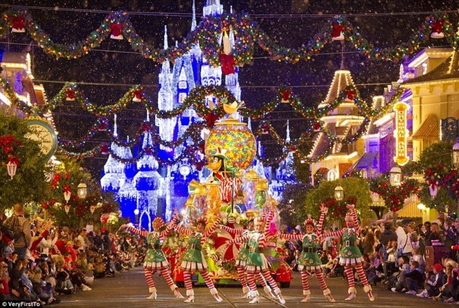 Lễ hội chào đón Giáng sinh sôi động tại Walt Disney World, bang Florida, Mỹ