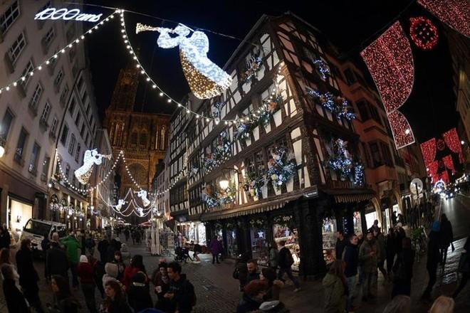 Đường phố ở Strasboug, Pháp được trang hoàng trước dịp lễ Giáng Sinh.