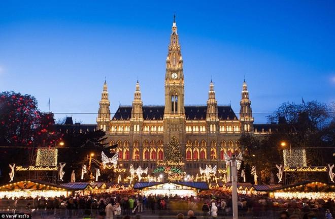 Tòa thị chính ở quảng trường Rathausplatz, Vienna, Áo rực rỡ ánh đèn trong dịp lễ Giáng sinh 2014.
