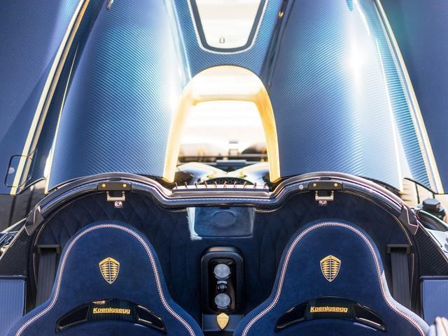 Sức mạnh động cơ truyền xuống bánh xe thông qua hộp số tự động ly hợp kép 7 cấp với lẫy gạt chuyển số trên vô-lăng. Nhờ đó mà Koenigsegg Agera RS Naraya có thể tăng tốc từ 0-100 km/h trong vòng 2,5 giây, trước khi đạt vận tốc tối đa 400 km/h.