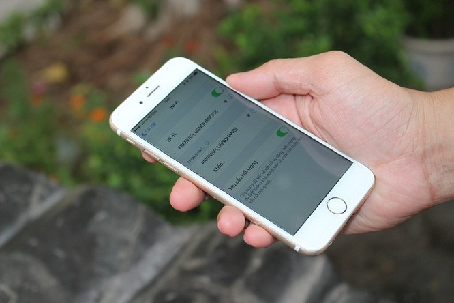 """Truy cập wifi miễn phí từ smartphone hoặc thiết bị cầm tay bằng cách bật chế độ tìm kiếm wifi và lựa chọn điểm phát có tên """"Freewifi_UBNDHANOI""""."""