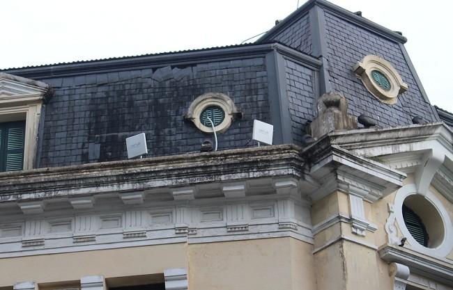 Các cục phát wifi được lắp đặt trên các tòa nhà cao tầng quan khu vực Hồ Hoàn Kiếm.