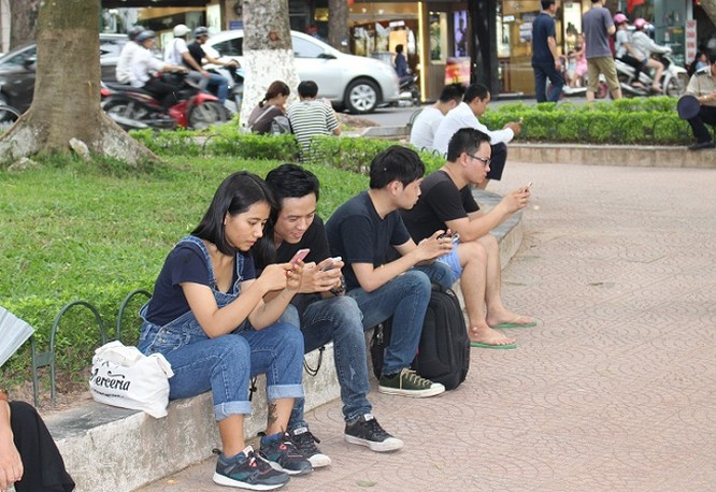 Nhiều người hào hứng trải nghiệm việc truy cập internet hoàn toàn