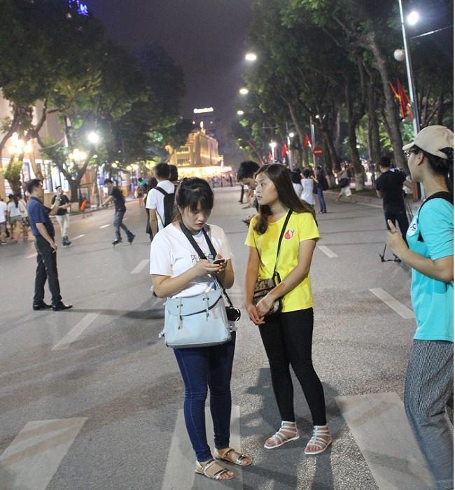 Người dân háo hức trải nghiệm không gian đi bộ quanh hồ Hoàn Kiếm ảnh 7