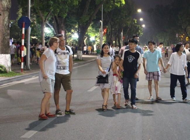 Người dân háo hức trải nghiệm không gian đi bộ quanh hồ Hoàn Kiếm ảnh 5