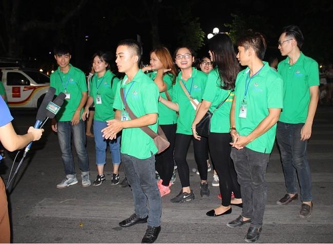 Người dân háo hức trải nghiệm không gian đi bộ quanh hồ Hoàn Kiếm ảnh 3