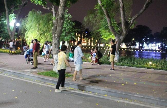 Người dân háo hức trải nghiệm không gian đi bộ quanh hồ Hoàn Kiếm ảnh 9