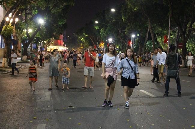 Người dân háo hức trải nghiệm không gian đi bộ quanh hồ Hoàn Kiếm ảnh 10