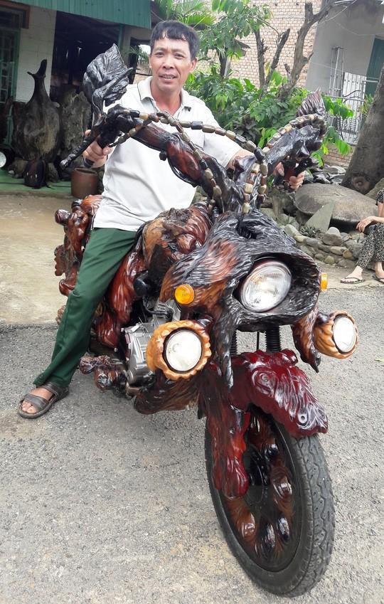 Ông Sơn bên chiếc xe mô tô bằng gỗ độc nhất vô nhị ở Lâm Đồng.