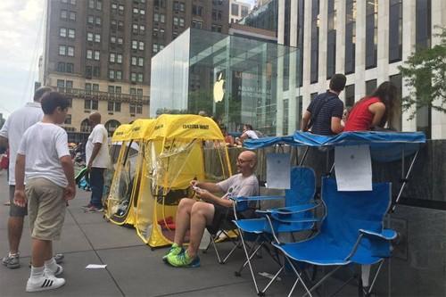 Những người đầu tiên chờ mua iPhone 7 ở New Yorlk.