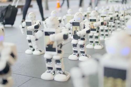Robot xếp hàng thay khách hàng.