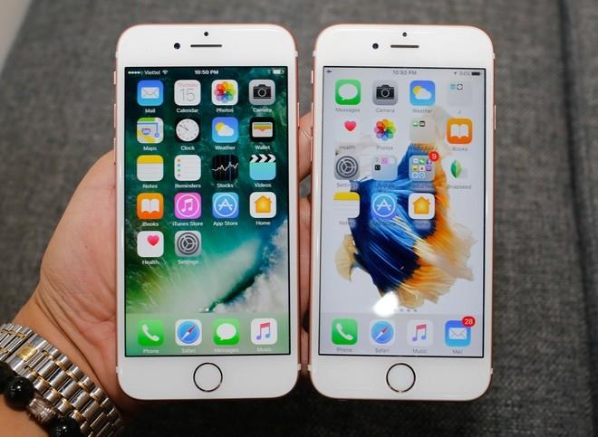 Nhìn từ mặt trước, không có sự khác biệt giữa iPhone 7 (bên trái) và iPhone 6s về kích thước màn hình, cách bố trí loa, camera cũng như phím Home.
