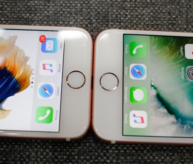 Phím Home trên iPhone 7 (bên phải) là dạng cảm ứng lực chứ không phải phím vật lý như trên iPhone 6s tuy nhiên bề ngoài không khác nhau và rất khó để nhận biết.