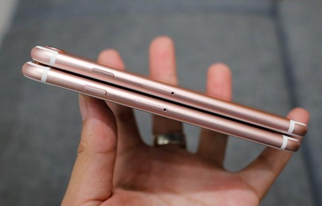 Nhìn từ cạnh phải, nút nguồn của iPhone 7 (nằm trên) có vẻ dài hơn và được làm sát với thân máy hơn.