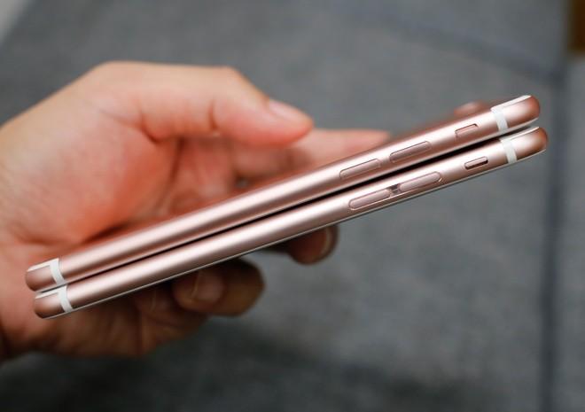 Điểm khác biệt ở cạnh trái, nút chỉnh âm lượng của iPhone 7 (phía trên) không còn xẻ rãnh ở nút bấm âm lượng nữa.