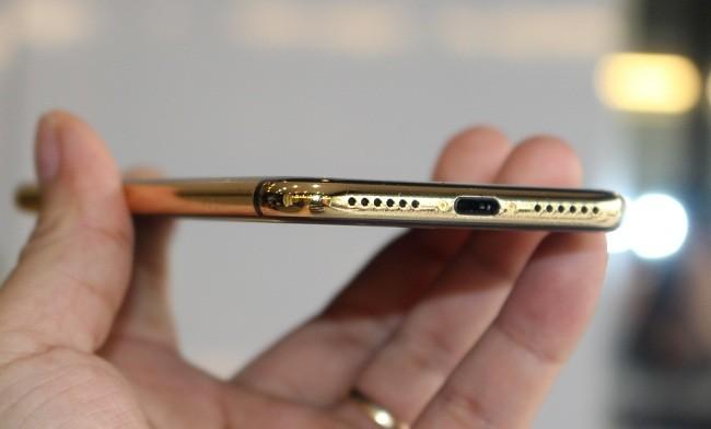 Cận cảnh bộ đôi iPhone 7 mạ vàng 24k tại Việt nam ảnh 5
