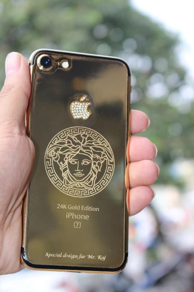 Cận cảnh bộ đôi iPhone 7 mạ vàng 24k tại Việt nam ảnh 8
