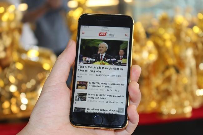 Cận cảnh bộ đôi iPhone 7 mạ vàng 24k tại Việt nam ảnh 3