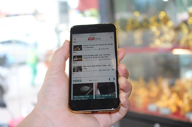 Cận cảnh bộ đôi iPhone 7 mạ vàng 24k tại Việt nam ảnh 9