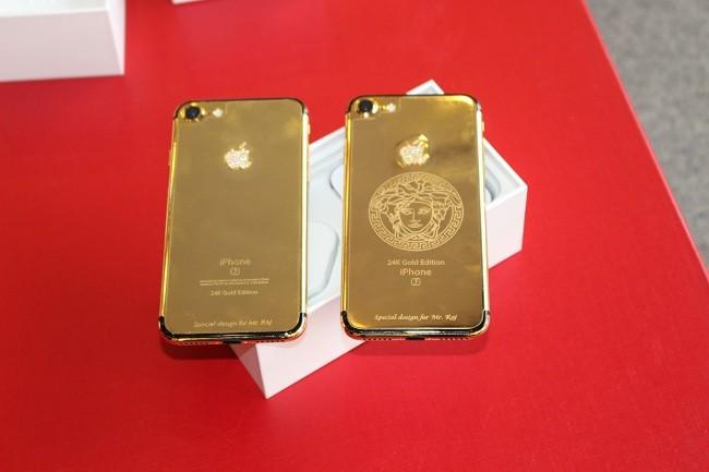 Đây là bộ đôi iPhone 7 được mạ vàng 24k, với logo kim cương cùng biểu tượng thời trang Versace.