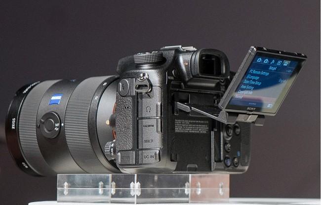 Sony A99 II được trang bị cảm biến BSI-CMOS 42.2 MP, với dãy ISO mở rộng từ 50 lên đến 102.400, cùng hệ thống lấy nét lai 79 điểm độc lập cùng 399 điểm trên cảm biến.