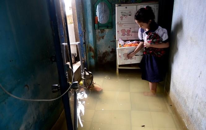 Cuộc sống thường nhật tại TP.HCM đảo lộn sau trận lụt lịch sử ảnh 10