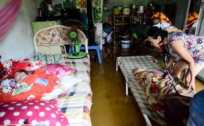 Cuộc sống thường nhật tại TP.HCM đảo lộn sau trận lụt lịch sử ảnh 13