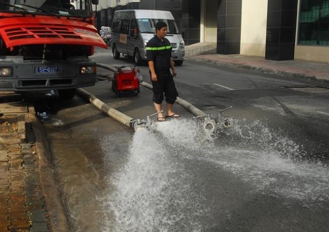 Cuộc sống thường nhật tại TP.HCM đảo lộn sau trận lụt lịch sử ảnh 14