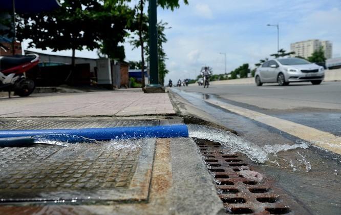 Cuộc sống thường nhật tại TP.HCM đảo lộn sau trận lụt lịch sử ảnh 15