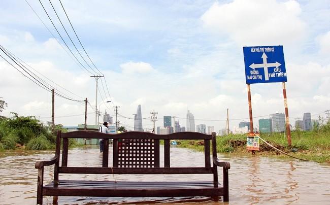 Cuộc sống thường nhật tại TP.HCM đảo lộn sau trận lụt lịch sử ảnh 1