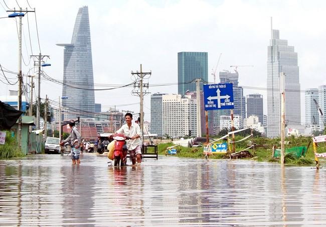 Cuộc sống thường nhật tại TP.HCM đảo lộn sau trận lụt lịch sử ảnh 2