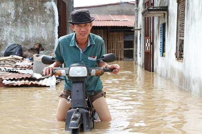 Cuộc sống thường nhật tại TP.HCM đảo lộn sau trận lụt lịch sử ảnh 3