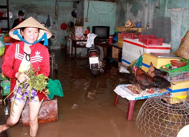 Cuộc sống thường nhật tại TP.HCM đảo lộn sau trận lụt lịch sử ảnh 5