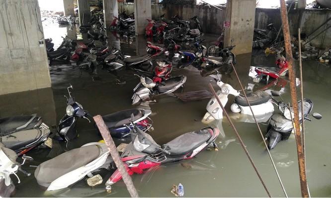 Cuộc sống thường nhật tại TP.HCM đảo lộn sau trận lụt lịch sử ảnh 6