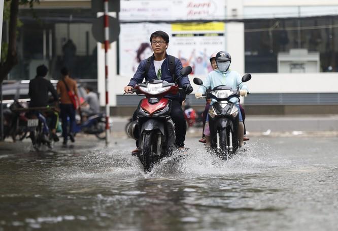 Cuộc sống thường nhật tại TP.HCM đảo lộn sau trận lụt lịch sử ảnh 7
