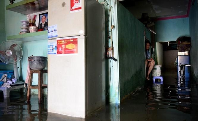 Cuộc sống thường nhật tại TP.HCM đảo lộn sau trận lụt lịch sử ảnh 8