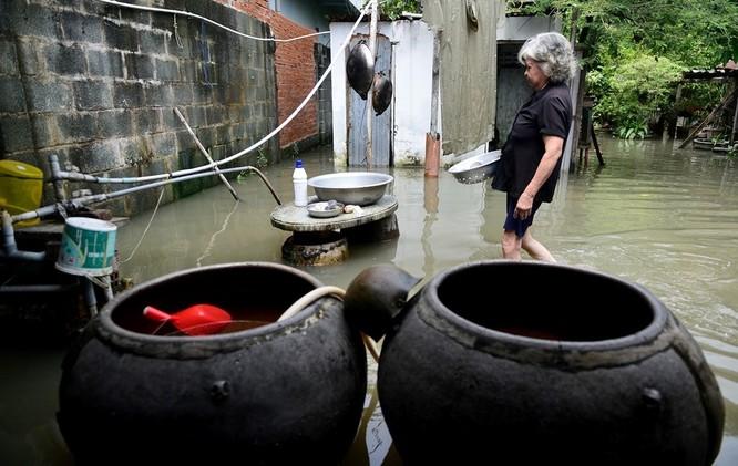 Cuộc sống thường nhật tại TP.HCM đảo lộn sau trận lụt lịch sử ảnh 16