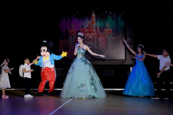 Hoa hậu Mỹ Linh lộng lẫy trong thiết kế đầm công chúa tại Đài Bắc ảnh 1