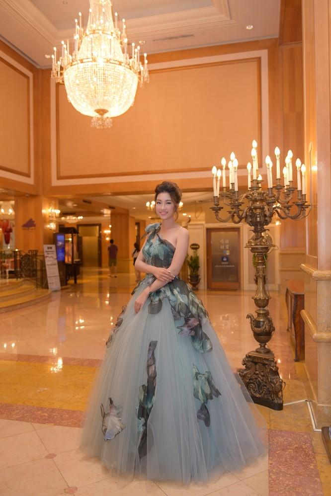 Hoa hậu Mỹ Linh lộng lẫy trong thiết kế đầm công chúa tại Đài Bắc ảnh 4