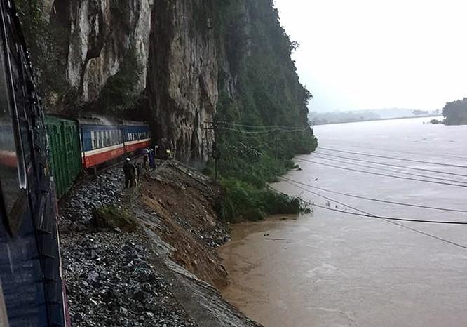 Mưa lũ hoành hành ở miền Trung, chia cắt đường sắt Bắc Nam ảnh 2
