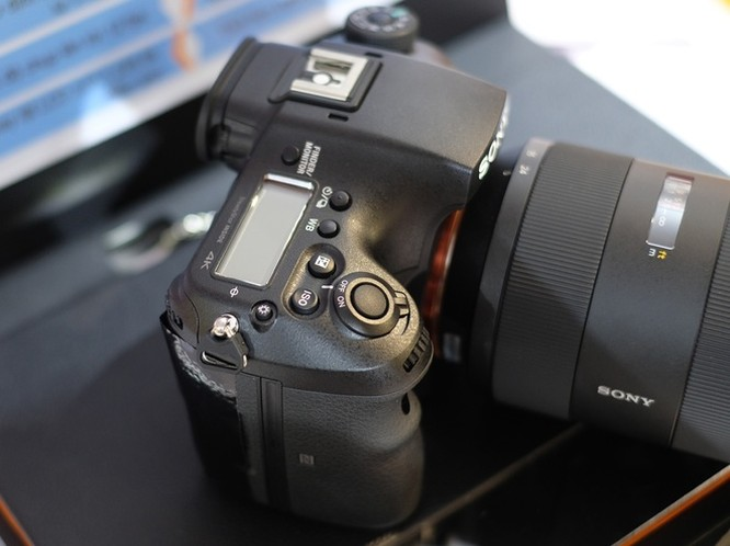 Là bản thay thế cho Sony A99 ra mắt năm 2012, model mới sở hữu cảm biến BSI-CMOS Exmor R CMOS kích thước full-frame, độ phân giải 42,4 megapixel. Máy tích hợp hệ thống chống rung 5 trục ngay trên cảm biến có thể bù 4,5 EV.