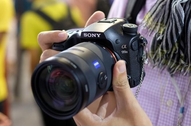 Hệ thống lấy nét của máy bao gồm 79 điểm trên cảm biến PDAF chuyên dụng và 399 điểm khác tích hợp sẵn trên cảm biến. Sony gọi đây là hệ thống Hybrid Cross AF có thể hoạt động ở mức -4 EV. Body làm bằng hợp kim ma-giê và nhỏ hơn 8% so với model tiền nhiệm. Tuy nhiên, cảm giác cầm máy lại chưa đầm chắc như 5D Mark IV hay Nikon D810.