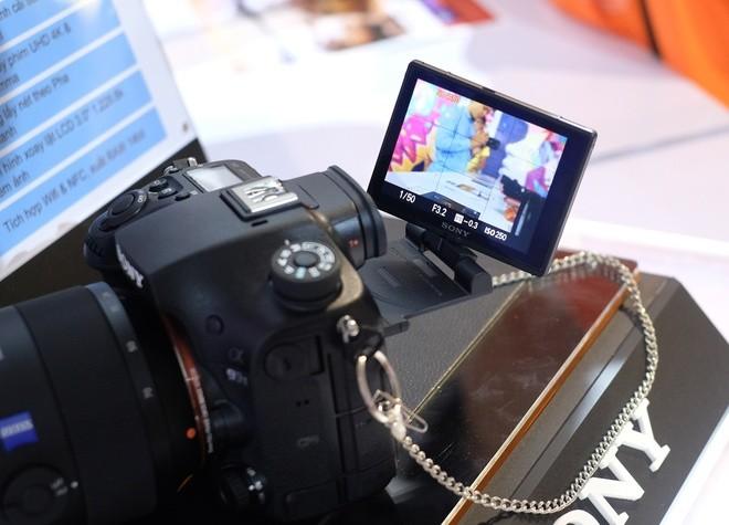 Với A99 II, màn hình có thể xoay ngược về phía trước và tự đảo chiều để người dùng chụp chân dung. Máy có thể chụp liên tiếp 12 hình mỗi giây ở chế độ bắt nét lại liên tục.